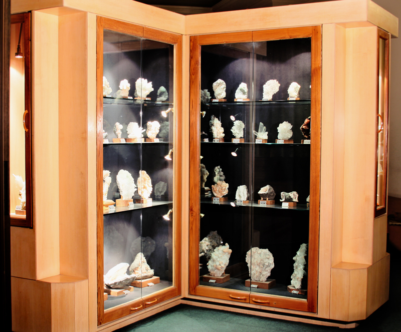 The Deccan Plateau Gallery mainly displays Mineral & Zeolite specimens from Maharashtra Region
